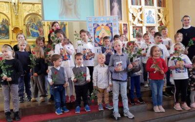 Podwójne świętowanie Dnia Matki i oddanie się dzieci Najświętszej Maryi Pannie.